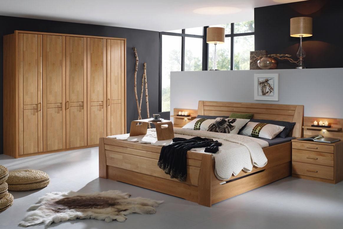 Abbildung Schlafzimmer mit Komfortbett 180x200 u. Kleiderschrank 5-trg. Front Erle Sitara | S37